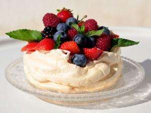 Пирожные Безе с ягодами