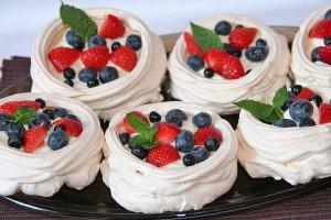 Пирожные Безе с ягодами-шаг 1