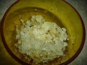 Заливаем желатин водой – примерно на 3 см выше уровня желатина. Оставляем стоять для набухания.  Ставим желатин на водяную баню. Добавляем масло. Держим, непрерывно помешивая, до полного растворения гранул желатина. Старайтесь, чтобы не оставались комочки, иначе их будет видно на изделиях.  В миску высыпаем 400-450 г сахарной пудры, вливаем желатиновую массу. Перемешиваем очень быстро.  Остальную сахарную пудру высыпаем на стол, выкладываем желатиновую массу и начинаем вымешивать. Больше пудры не добавляйте, так как готовые изделия могут крошиться и с такой глазурью трудно работать.  Помадную глазурь заворачиваем плотно в пищевую пленку, кладем в контейнер. Накрываем крышкой и оставляем постоять 2-3 часа.  Все, помадная глазурь (фондант) готова! Можете начинать с ней работать, создавая неповторимые кондитерские украшения.-шаг 1