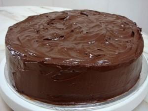 Как покрыть торт шоколадной глазурью – учимся делать правильно-шаг 1