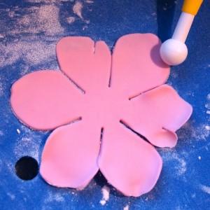 Цветы из мастики – мастер-класс. Делаем цветок анемона из мастики-шаг 3