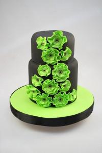 Первый вариант Окрашиваем мастику в светло-зеленый цвет: салатовый или лаймовый. Раскатываем скалкой, покрываем многоярусный торт. Украшаем сверху и по бокам букетиками цветов-калл, сделанными из белой мастики (тычинки из желтой, листики из зеленой). Рисуем на мастике веточки с листиками зеленым пищевым фломастером. Очень нежно, красочно и свежо!   Второй вариант Окрашиваем мастику в черный цвет, покрываем двухъярусный торт. Из мастики ярко-зеленого цвета изготавливаем небольшие цветочки. Приклеиваем цветы пищевым клеем на мастику – на черном фоне они смотрятся шикарно. Строго, но со вкусом.  Третий вариант Окрашиваем мастику в бордовый или розовый цвет. Покрываем торт, ставим для контраста на подставку, украшенную зеленой мастикой. Из зеленой мастики делаем полосочки, которыми декорируем ярусы торта. Изготавливаем очень простые цветы, которые обязательно должны быть разноцветными и контрастировать с мастикой. Также украшаем цветами подставку. Ярко, сразу становится весело и поднимается настроение!  Вот такие идеи навевает мне весна! Думаю, что и у вас много замечательных идей по оформлению тортов. Поделитесь, будем рады! До новых встреч!-шаг 3