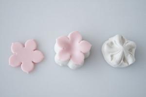 Все инструменты для изготовления можно приобрести в кондитерском магазине.  Окрашиваем мастику в розовый цвет, раскатываем скалкой и вырезаем из нее заготовки формочкой.  Или используем для изготовления молд (как пользоваться молдами, я рассказывала подробно раньше).  Если вы вырезаете формочками, то понадобится нанести на лепестки прожилки (стеком или зубочисткой). Немного выгибаем лепестки и припудриваем пищевой пудрой.  В серединки фиалок приклеиваем пищевые бусинки, оставляем сохнуть.  Украшаем цветами кондитерское изделие. Просто, но очень изящно! Удачи, у вас все получится!-шаг 3