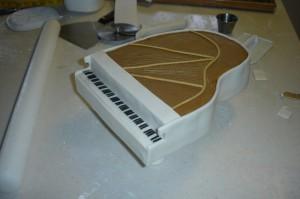 Торт из мастики Рояль с пианистом. Мастер-класс-шаг 20