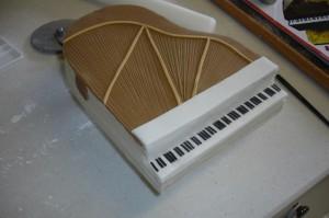 Торт из мастики Рояль с пианистом. Мастер-класс-шаг 18