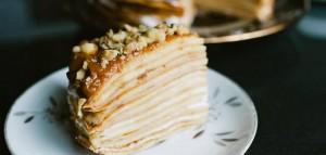 Блинный торт со сгущенкой и сметанным кремом