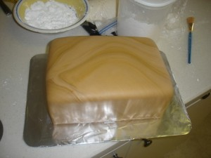 Торт Шкатулка – мастер-класс. Как украсить торт мастикой-шаг 2