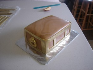 Торт Шкатулка – мастер-класс. Как украсить торт мастикой-шаг 11