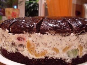 Шоколадный торт с маком и фруктами