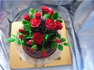 Как украсить пирожные. Украшаем розами из мастики и кремом – видео
