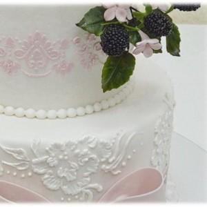 Королевская глазурь – как украсить многоярусный торт. Видео-шаг 3