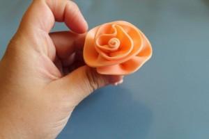 Как сделать простой цветок из мастики. Мастер-класс-шаг 3