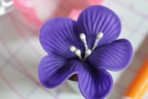 Фиалки из мастики – мастер-класс-шаг 5