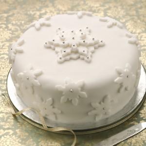 Как украсить новогодний торт мастикой. Видео-шаг 1