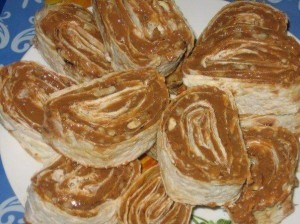 Пирожные из лаваша со сгущенным молоком и орехами