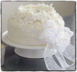 Как украсить новогодний торт мастикой. Видео-шаг 2