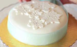 Как украсить новогодний торт мастикой. Видео-шаг 3