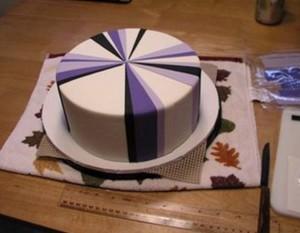 Торт-подарок из мастики. Мастер-класс по украшению торта-шаг 3