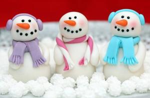 Снеговики из мастики. Украшение новогоднего торта – мастер-класс
