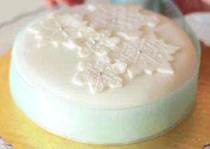 Как украсить торт мастикой. Видео по украшению рождественского торта. Звездочки из мастики-шаг 3