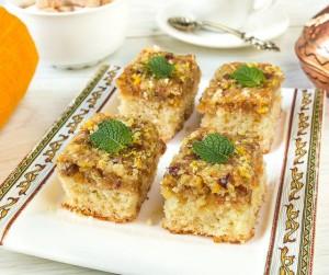 Лимонные пирожные с орехами и изюмом