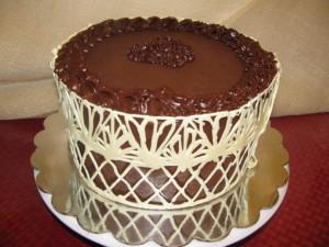 Украшения из шоколада – кружева. Сделайте десерт, достойный королевы! Видео-шаг 2