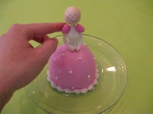Торт для девочки Маленькая принцесса. Мастер-класс-шаг 9