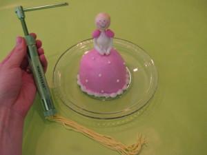 Торт для девочки Маленькая принцесса. Мастер-класс-шаг 10
