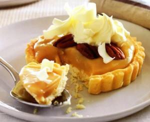 Пирожные-корзиночки со сливочным сыром и бананами