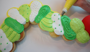 Оригинальный детский торт Гусеница-шаг 4